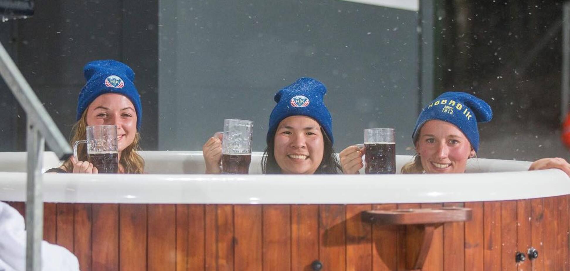 Джакузі з напівголими дівчатами: в Данії провели незвичайний матч зими: фотофакт