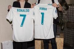Кріштіану Роналду зустрівся з українською чемпіонкою і зробив їй подарунок: опубліковано фото