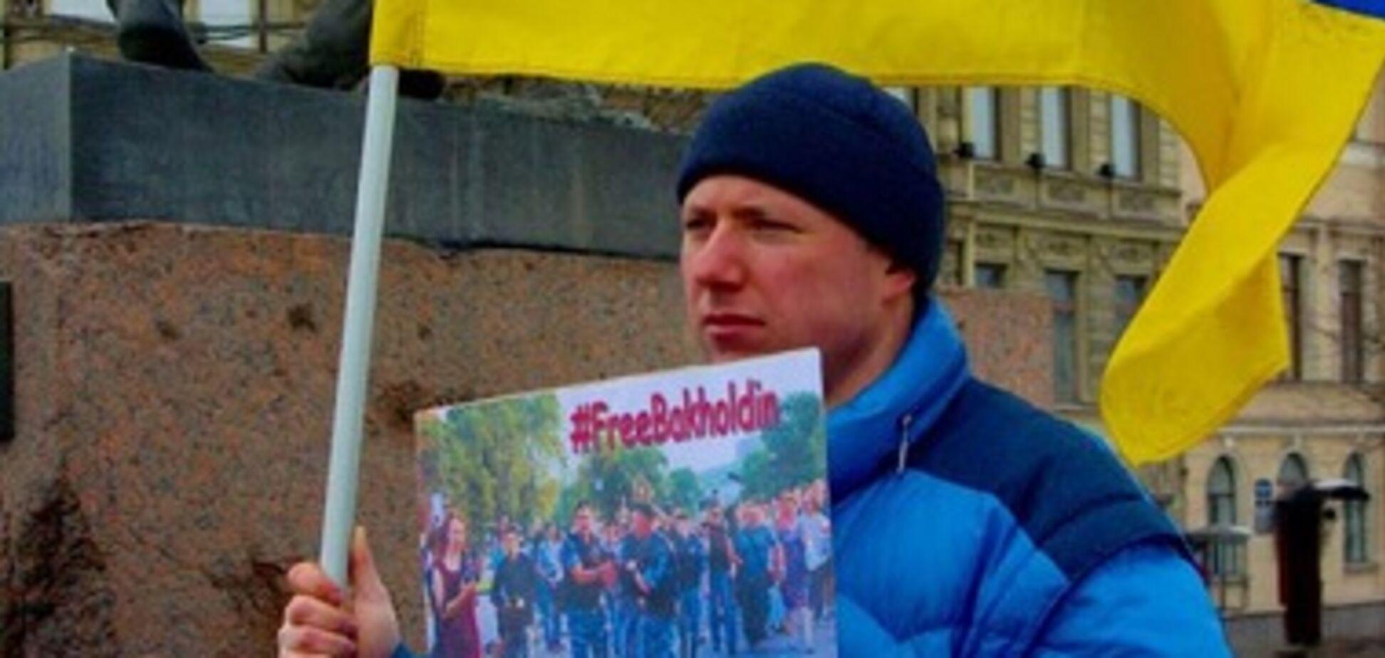 В Санкт-Петербурге с ножом напали на активиста с флагом Украины: опубликованы фото и видео
