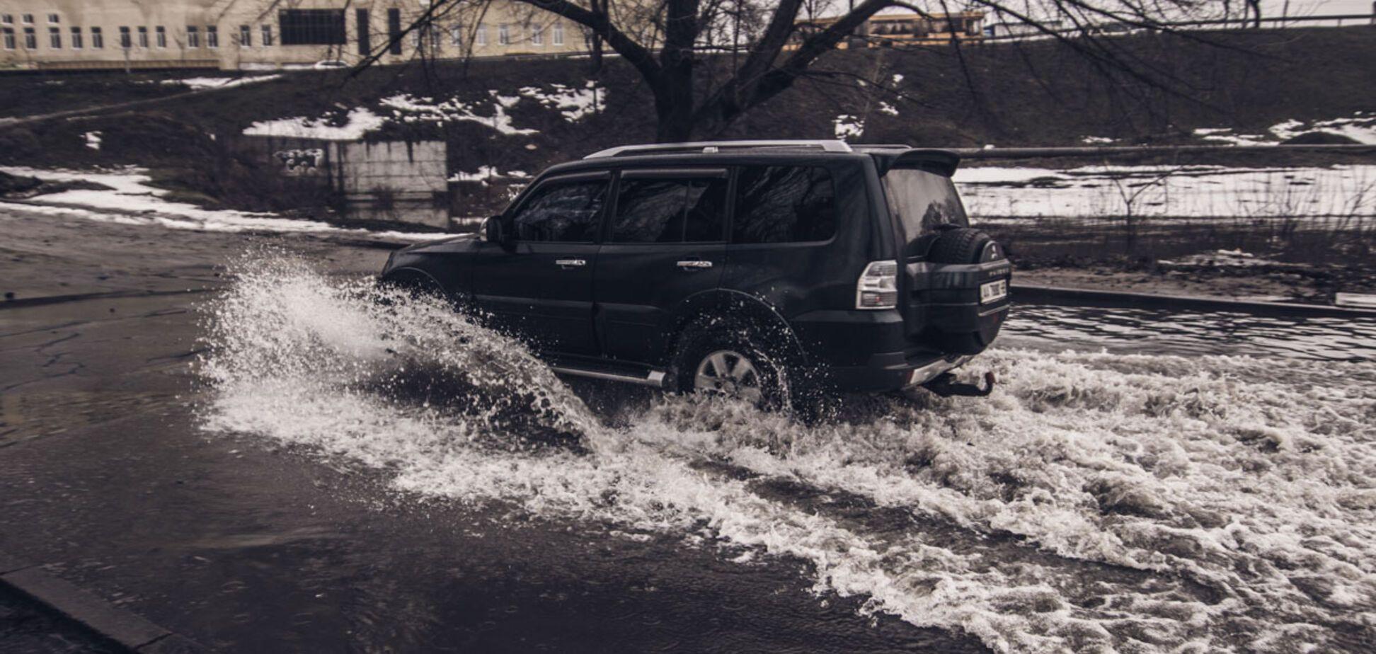 Машины уходят под воду: в Киеве затопило улицу