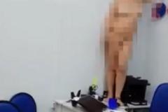 'Меня раздел банк': в России голая женщина угрожала поджечь себя. Опубликовано видео