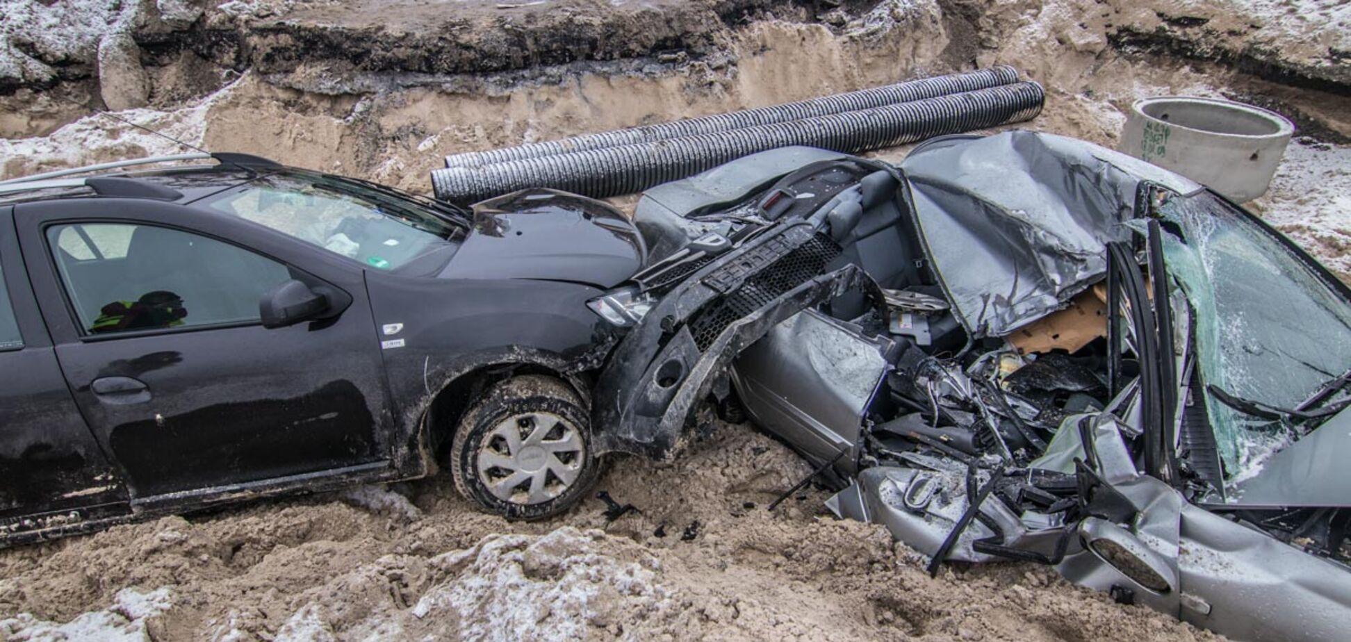 Пролетели 10 метров: в Киеве два авто рухнули в котлован. Фотофакт
