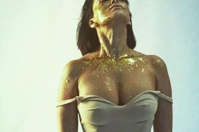 Астафьева впечатлила фанов эффектными фото в купальнике