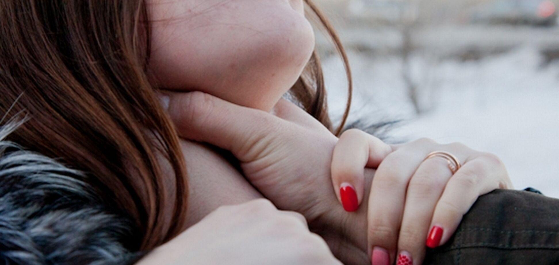 Бил и душил: в Киеве совершили дерзкое нападение на девушку
