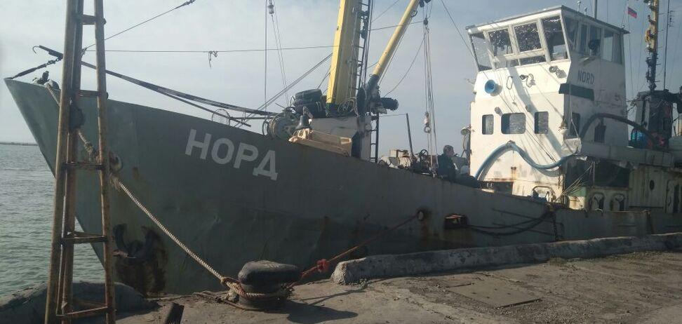 Украинские пограничники задержали корабль под флагом России: опубликовано видео