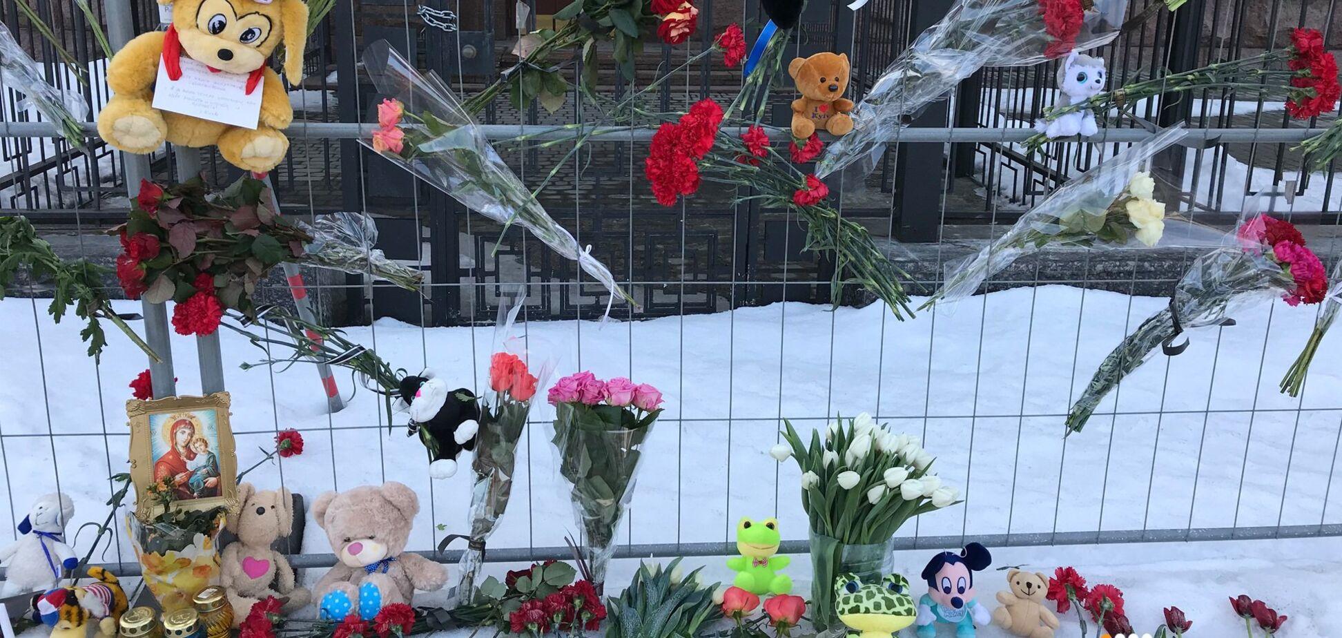 Знову квіточки до московського посольства носимо...