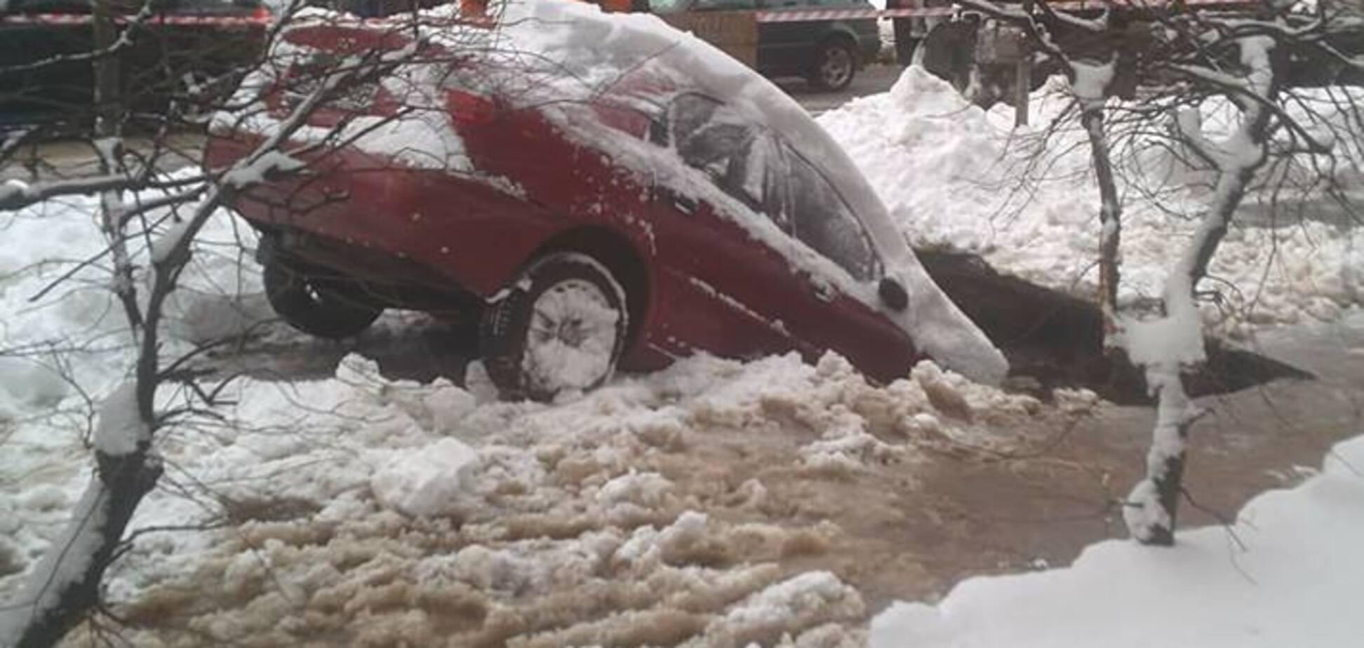В Киеве посреди дороги прорвало трубу, авто ушло под землю
