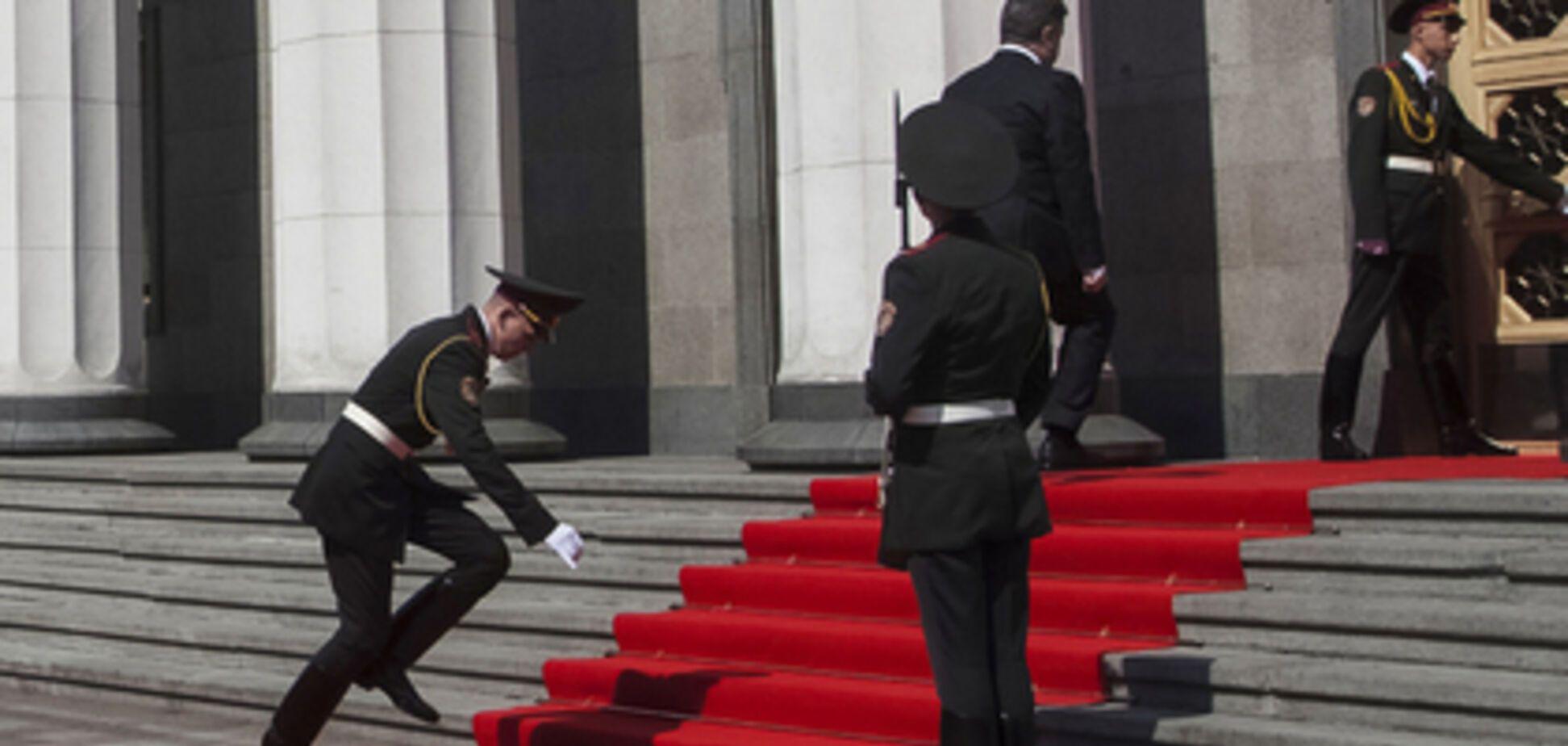 Почему солдаты караула теряют сознание перед Порошенко