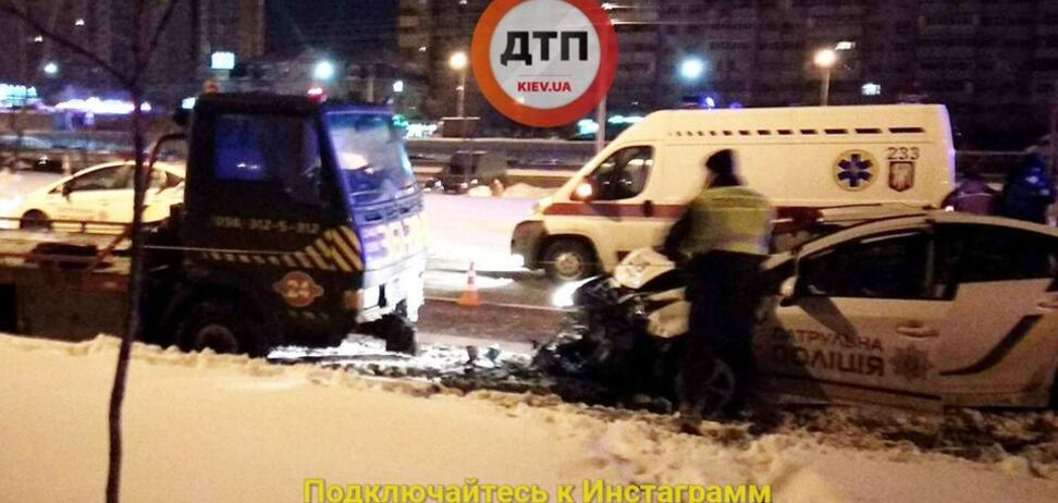 Даже не тормозили: в Киеве авто полиции протаранило эвакуатор