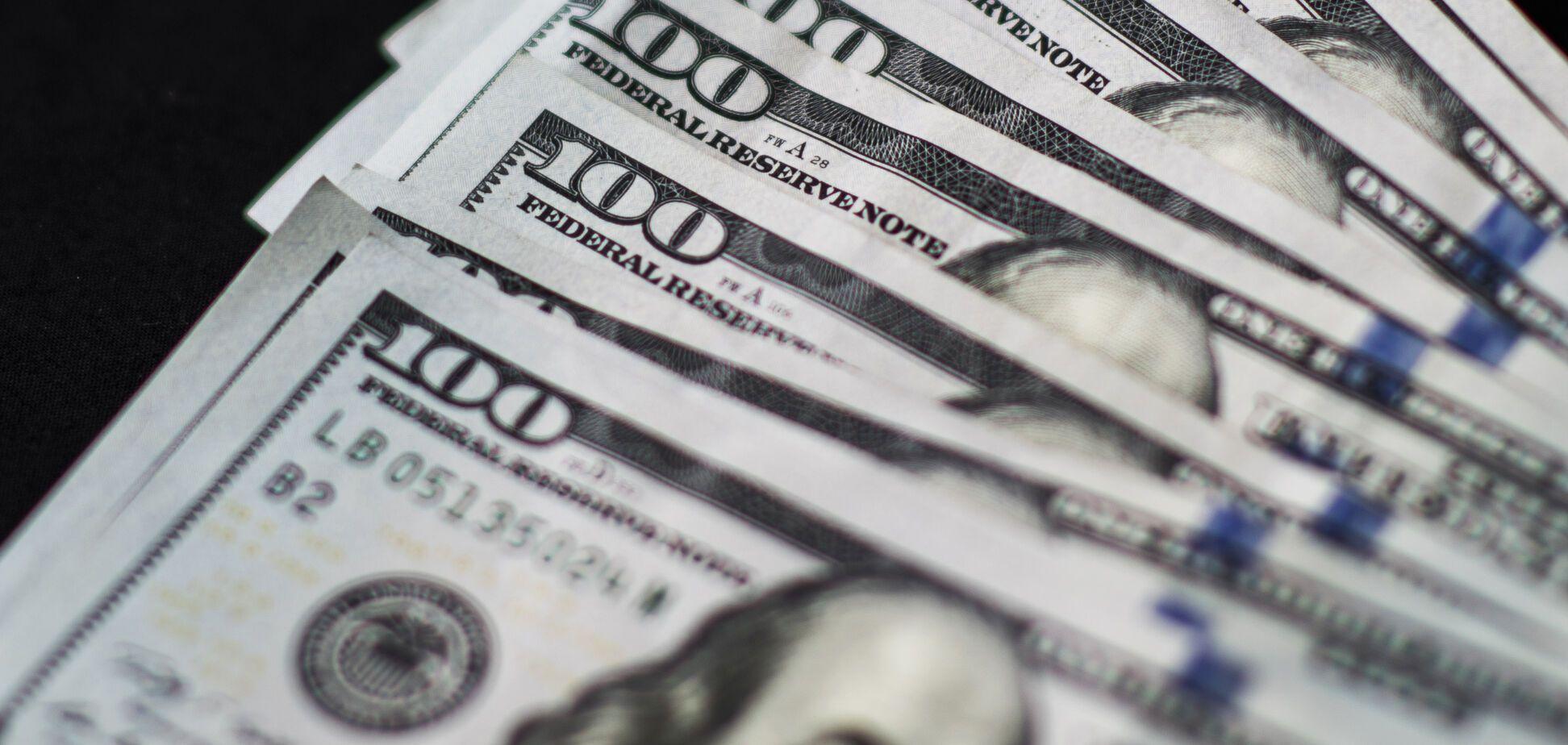 Два пика: в Украине показали, как менялся размер зарплаты в долларах