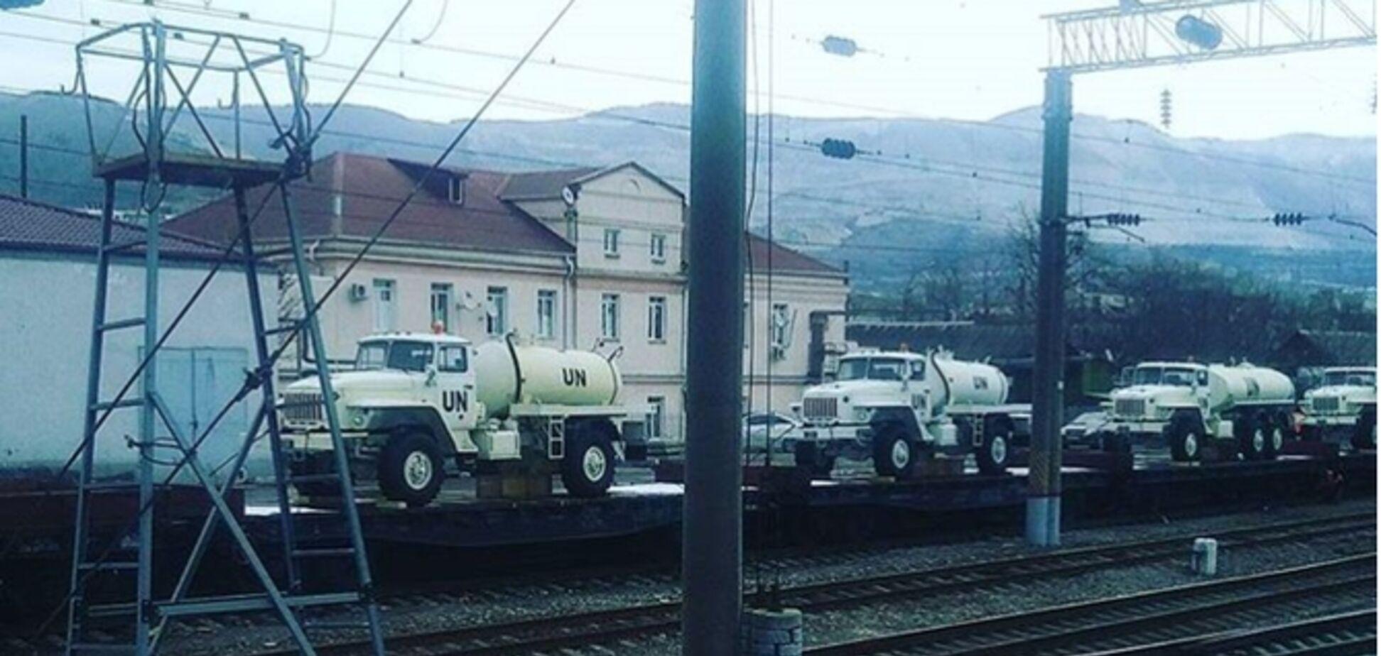 Россия стягивает на границу с Украиной технику с символикой миротворцев ООН