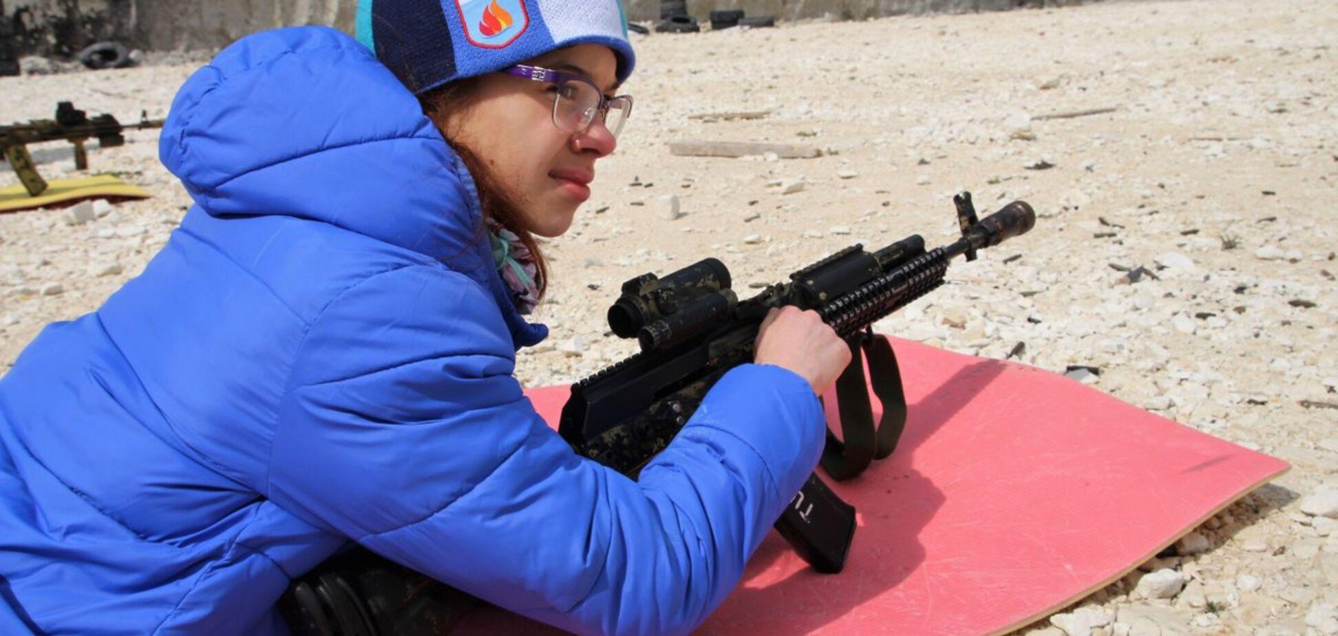 Учат убивать с детства? Появились жутковатые фото из пионерлагеря в Крыму