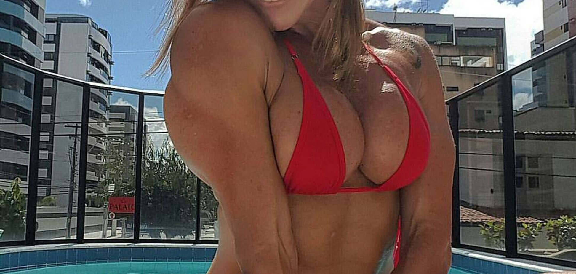 Популярна фітнес-модель з ідеальною грудьми знялася повністю оголеною: відверті фото
