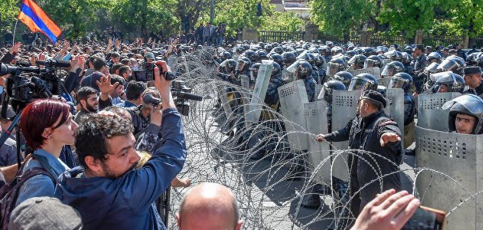 Массовые беспорядки и раненые: в Ереване тысячи людей вышли на 'майдан'