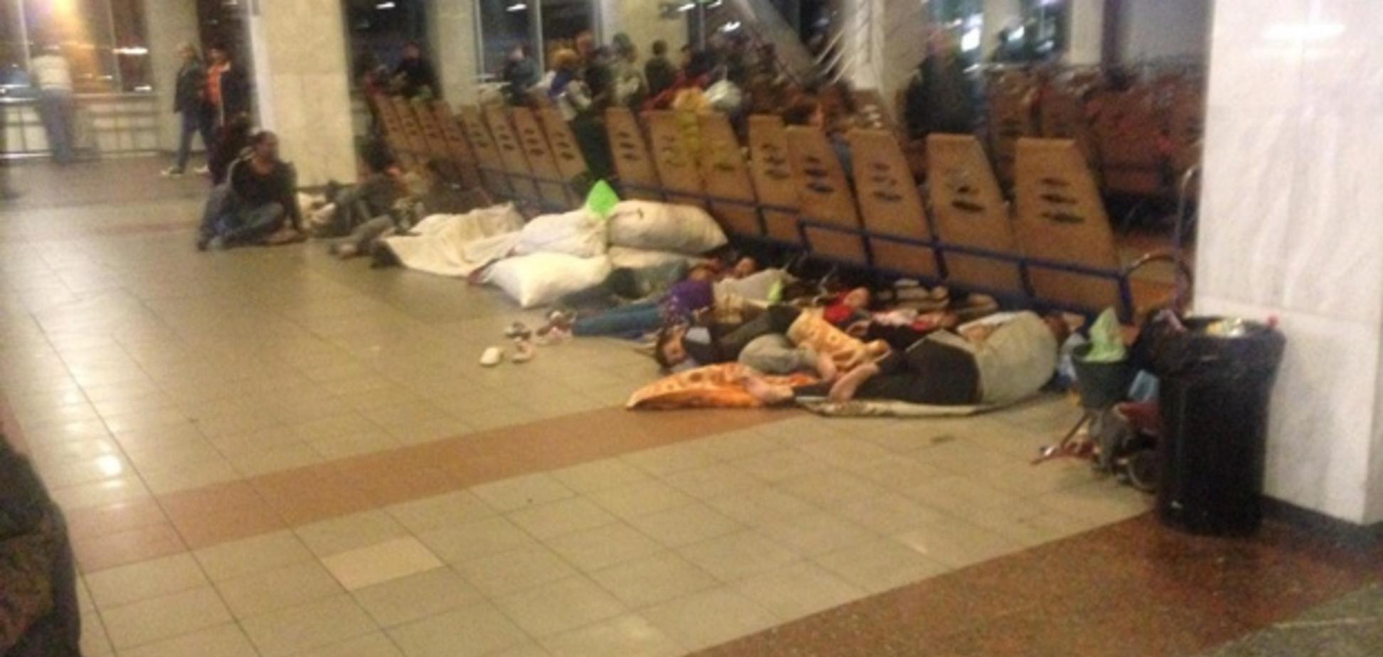 'Вонь и блохи': на киевском вокзале ромы устроили 'гадюшник'