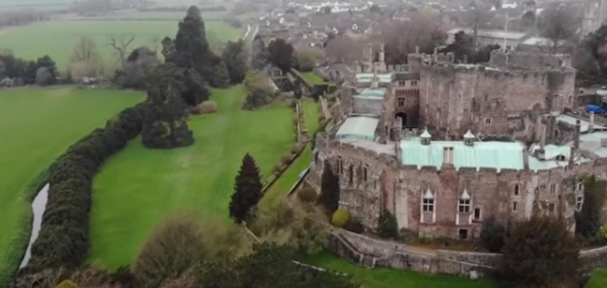 'Боже мій, що це ?!' У старовинному замку Англії дрон зняв вершника-привида. Відеофакт