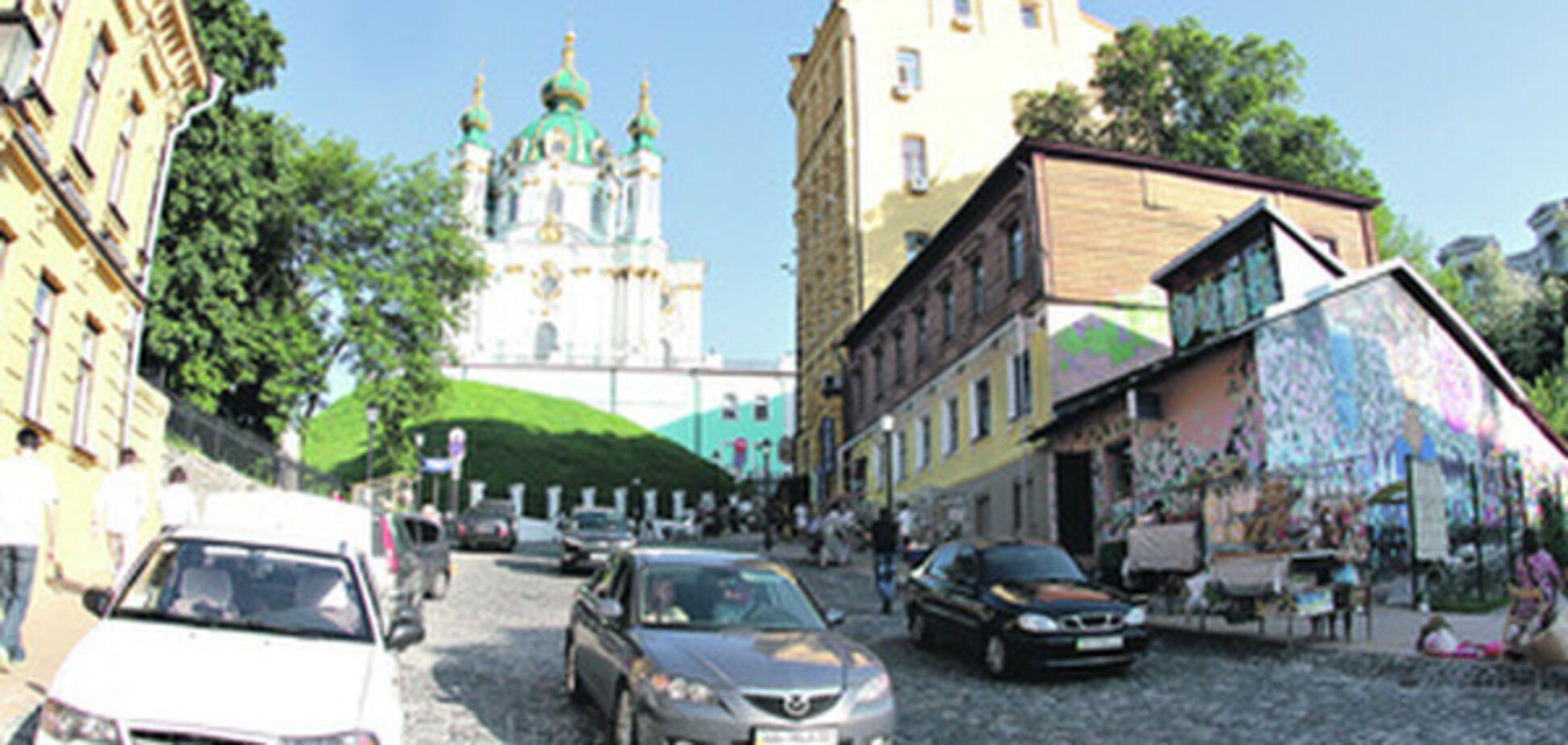 В Киеве будут отслеживать номера машин на Андреевском: названа причина