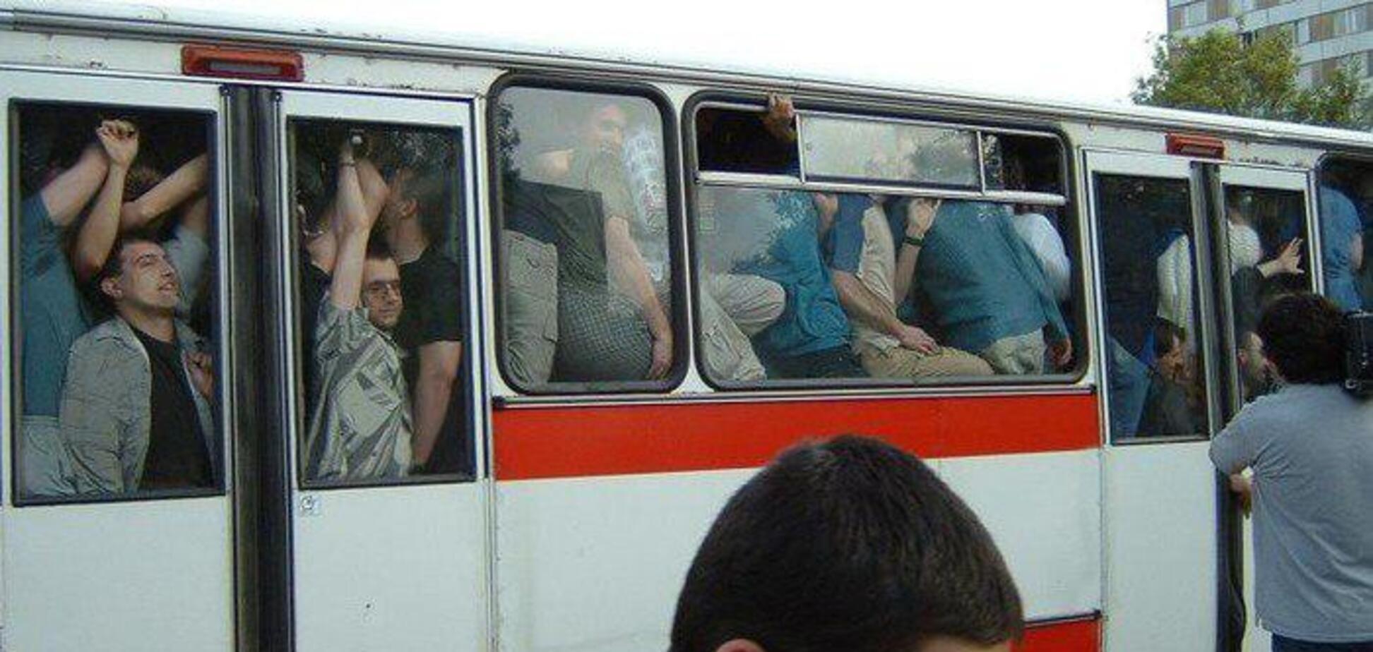 'Хавало закрой!' В Харькове девушка избила пассажиров троллейбуса