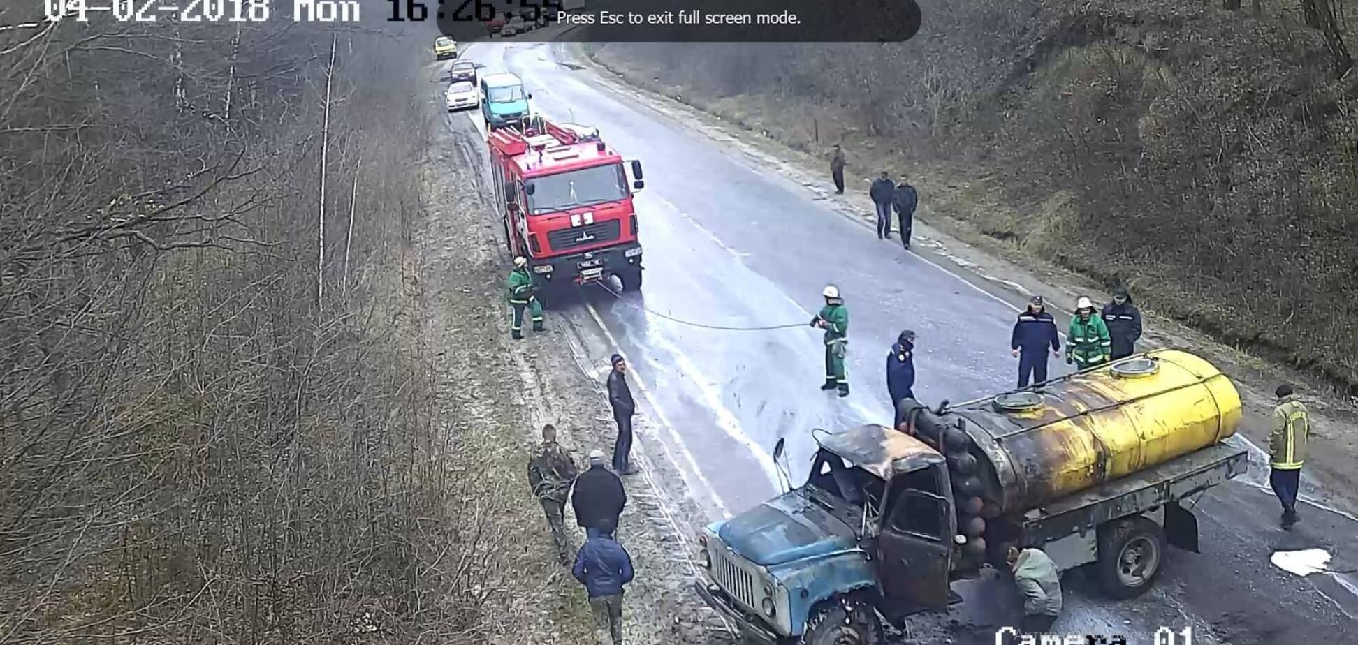 Через яму на дорозі: під Тернополем водій дивом вибрався з палаючого молоковоза. Відео
