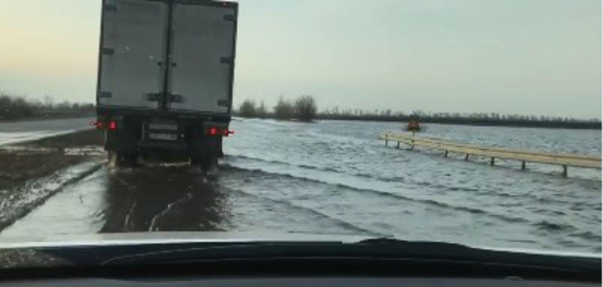 'На море приехали': на Полтавщине затопило дорогу Киев-Харьков