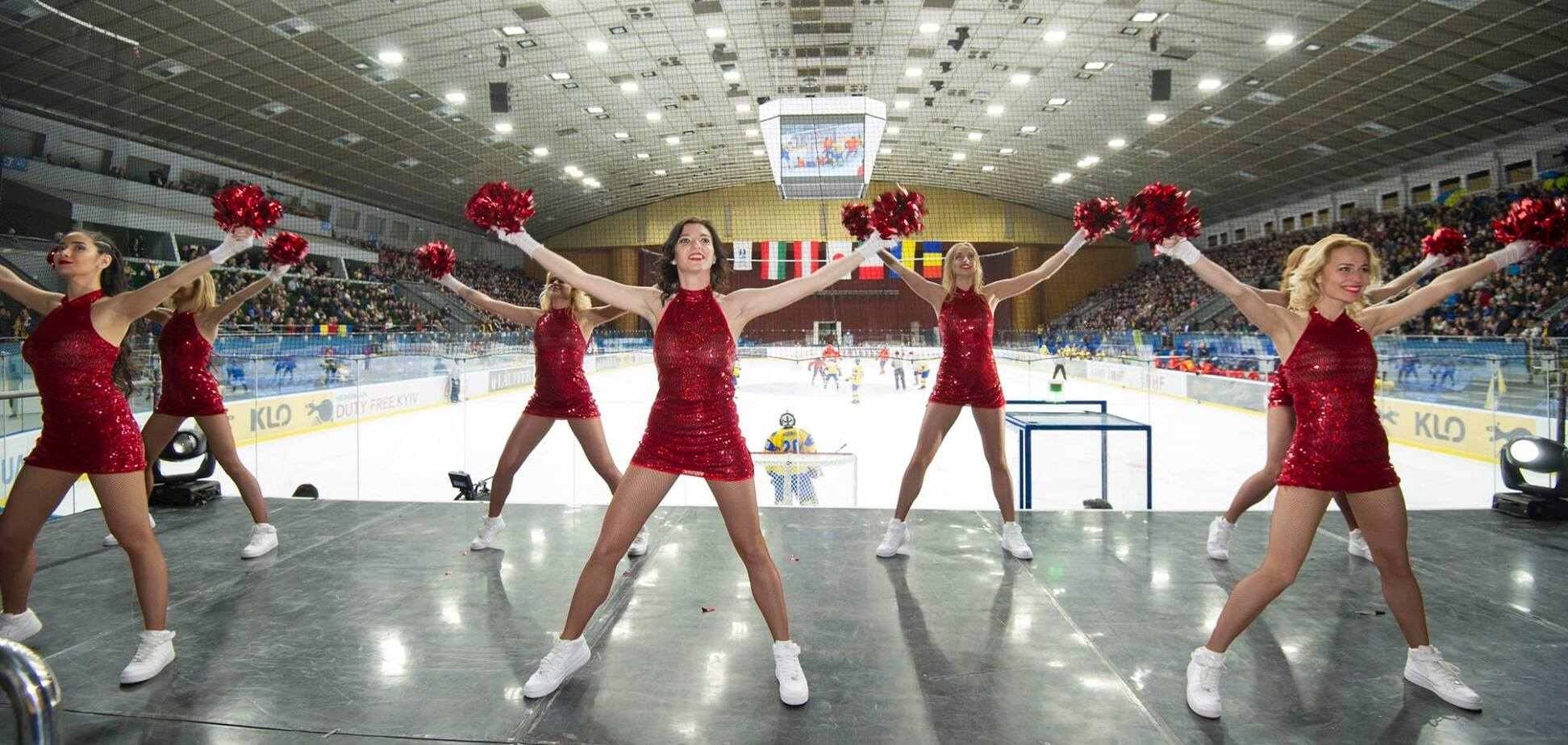 Спортивні дівчата на хокеї в Києві 'запалили' трибуни