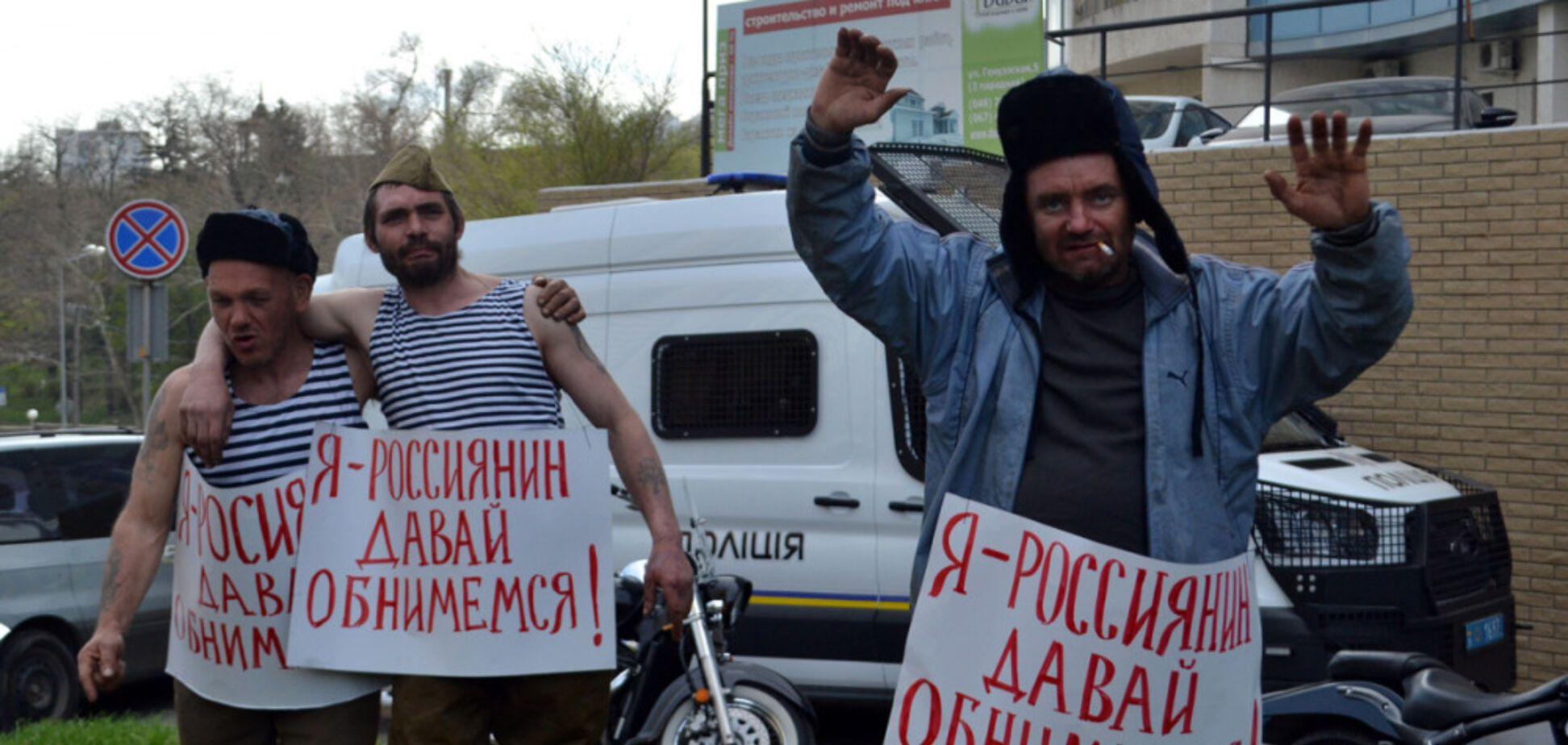 'Давай обнимемся': в Одессе к генконсульству РФ пришли бездомные