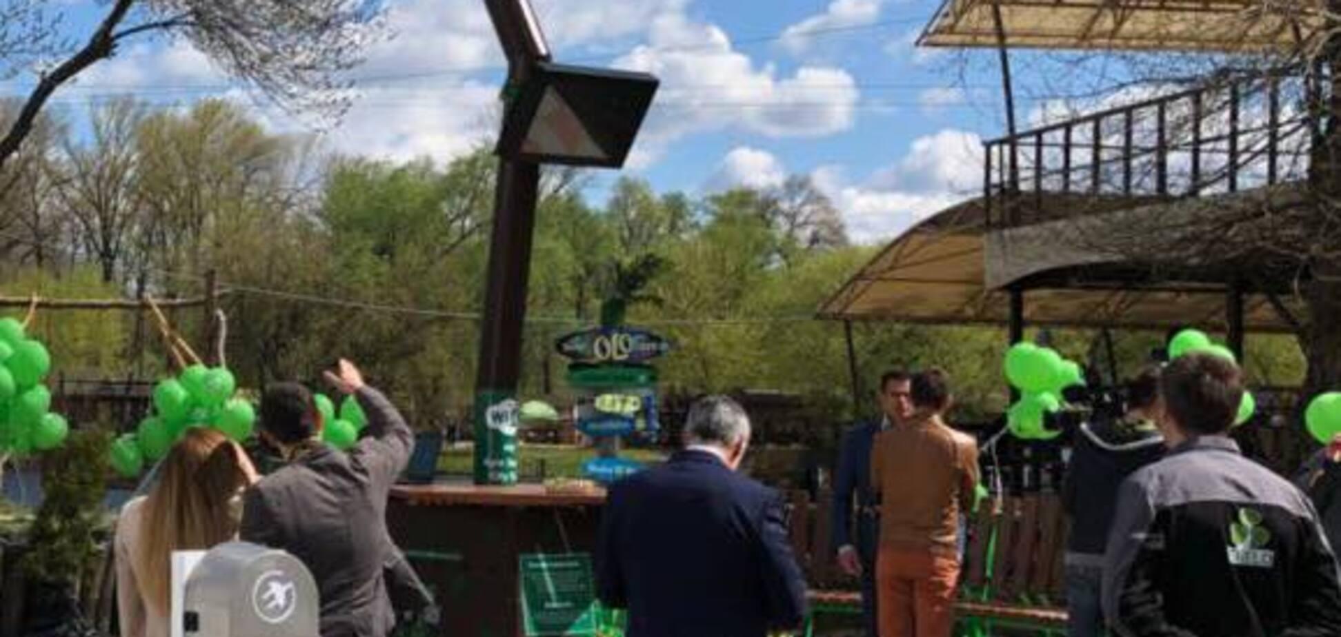 У Києві з'явилося смарт-дерево з Wi-Fi і зарядкою для гіроскутера