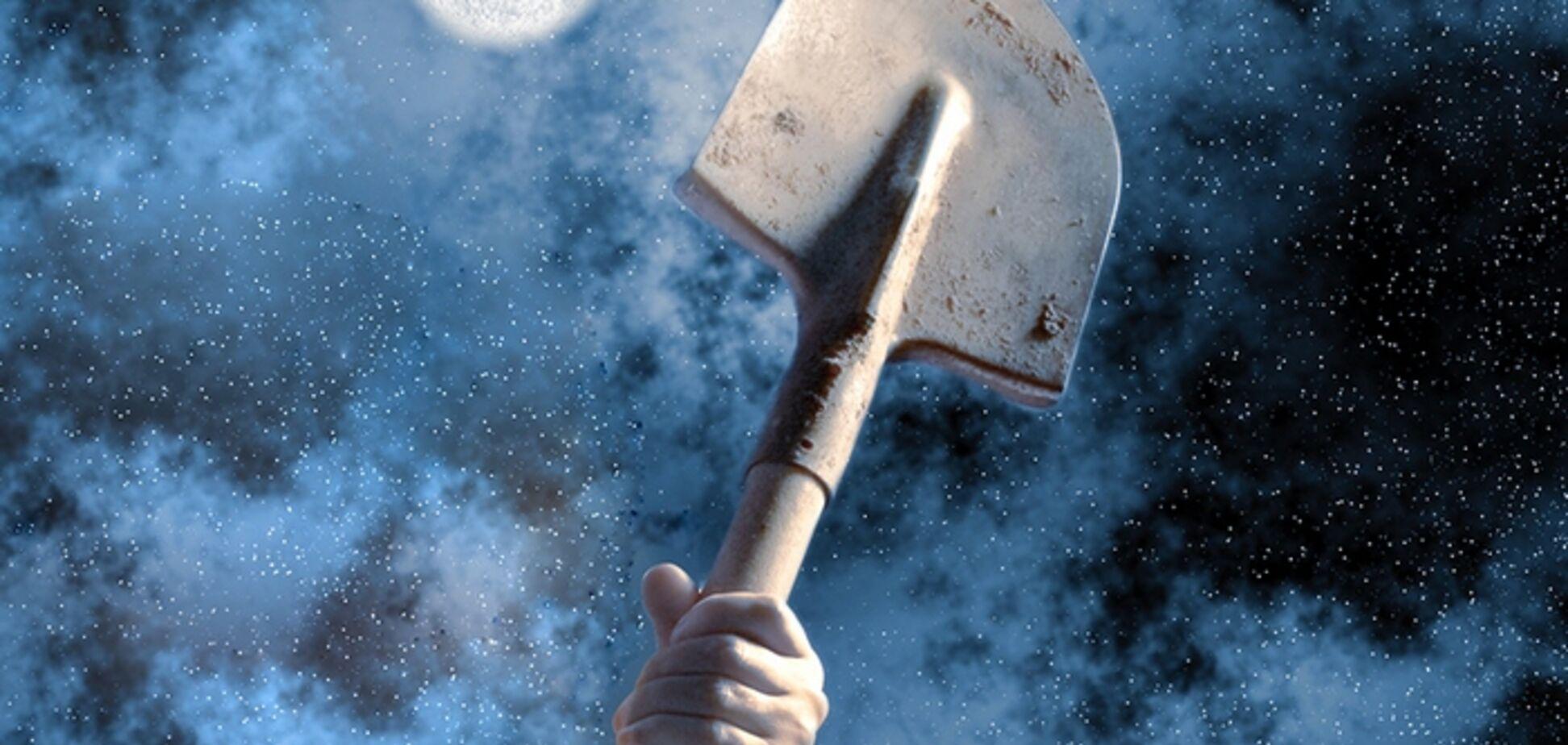 На Буковині комунальник побив лопатою перехожого за зауваження