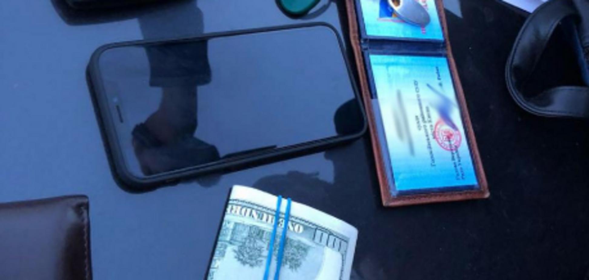 Спіймали на гарячому: в Києві суддя попався на хабарі