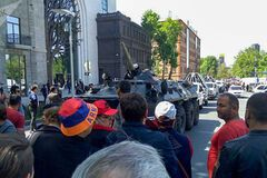 У Вірменії протестувальники вийшли на вулиці, військові стягнули техніку: пряма трансляція
