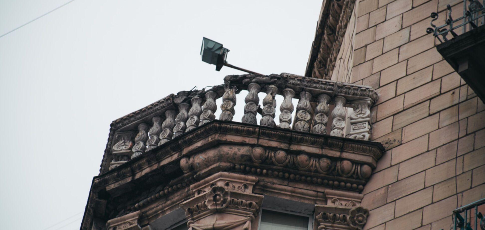 С фасада летит лепнина: в Киеве начал разрушаться памятник архитектуры