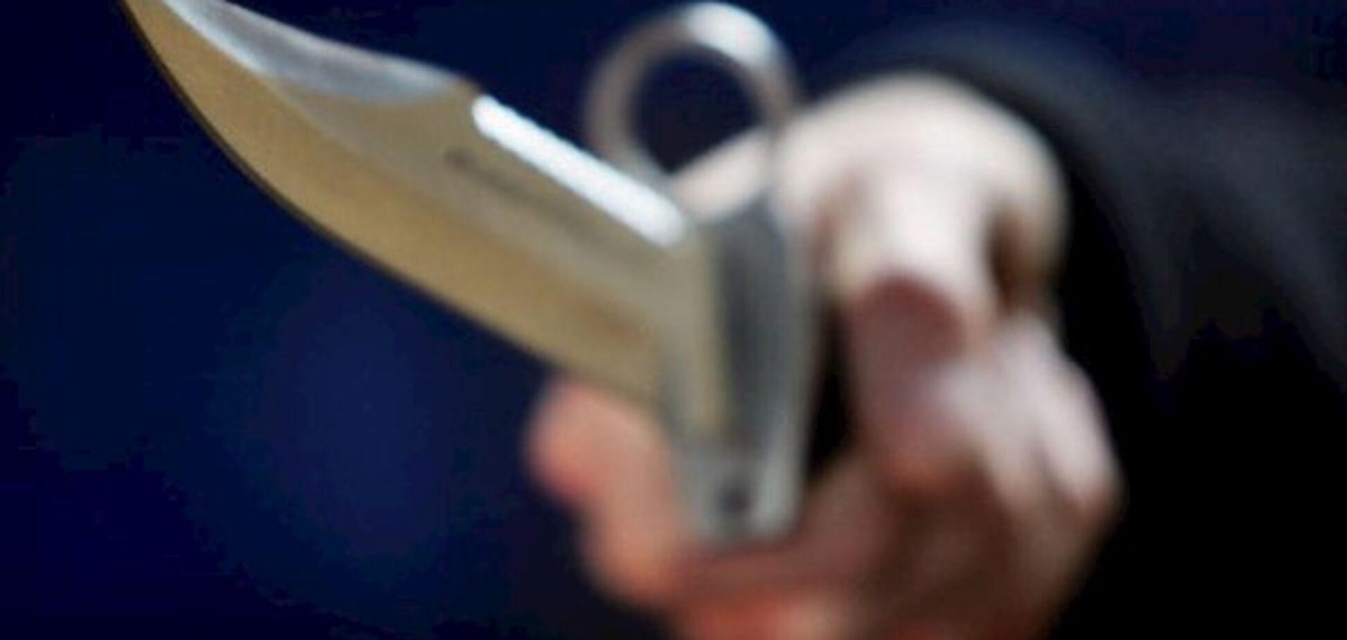 Ножем у серце: в Києві біля метро виявили труп