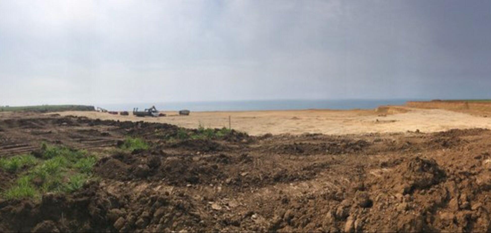 Вбили: на фото показали, на що окупанти перетворили відомий кримський пляж