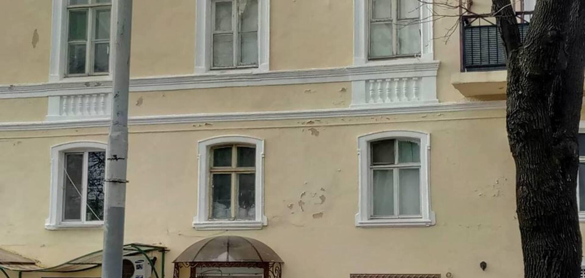 В Одесі фасад історичного будинку почав осипатися після реставрації