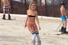 В Сочи лыжница устроила заезд топлес: опубликованы фото и видео