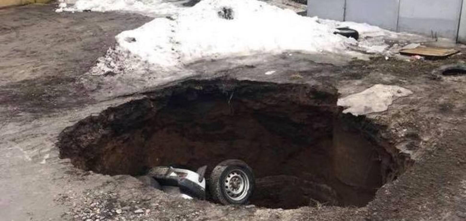 У Харкові автомобіль 'пірнув' у пастку: опубліковано фото