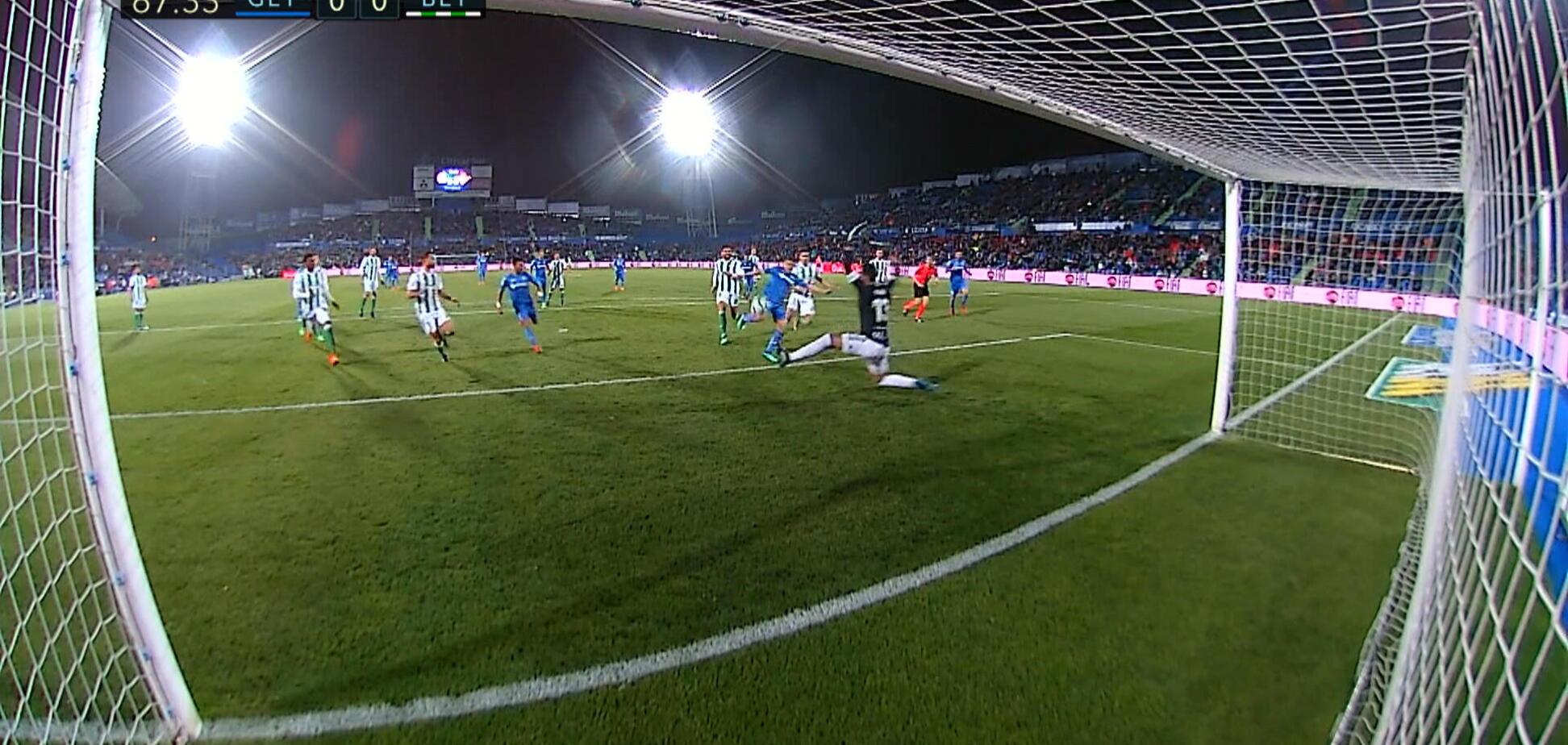 Іспанський воротар зробив приголомшливий подвійний сейв, шокувавши суперника: опубліковано відео