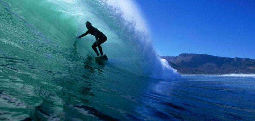 Поймал 25-метровую волну: серфер проделал впечатляющий трюк