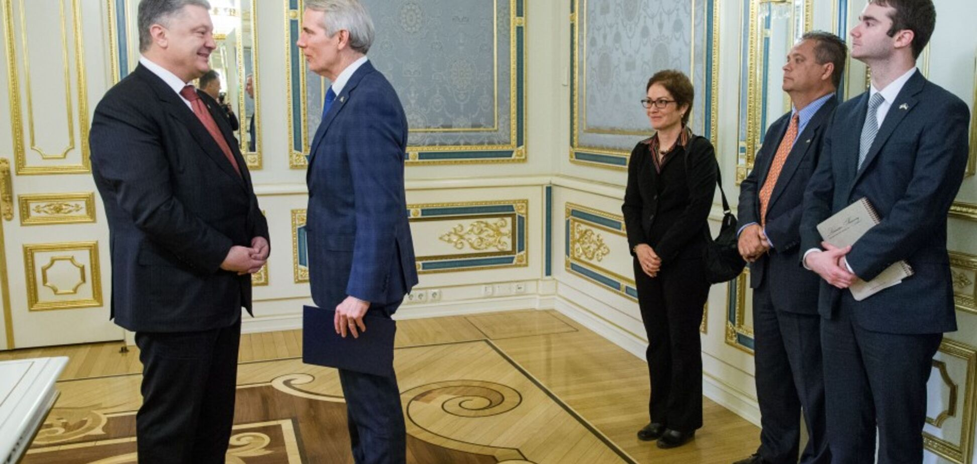 Порошенко наградил Сенатора США почетным орденом