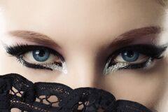 Макияж для глаз с блестками: яркие идеи