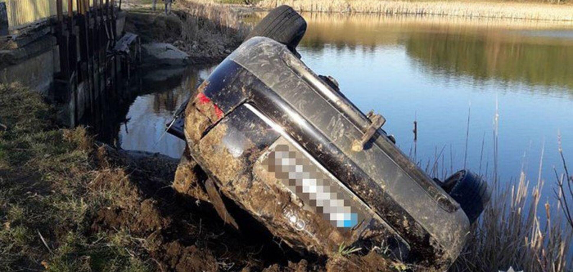 Смертельна дурість: машина з п'ятьма хлопцями і дівчиною зірвалася в ставок