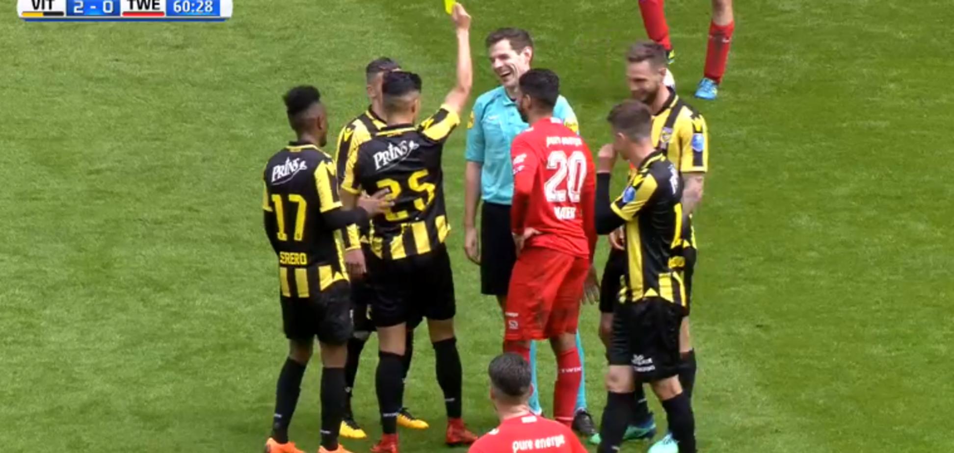 Арбітр збив футболіста і отримав від нього 'подарунок': опубліковано відео