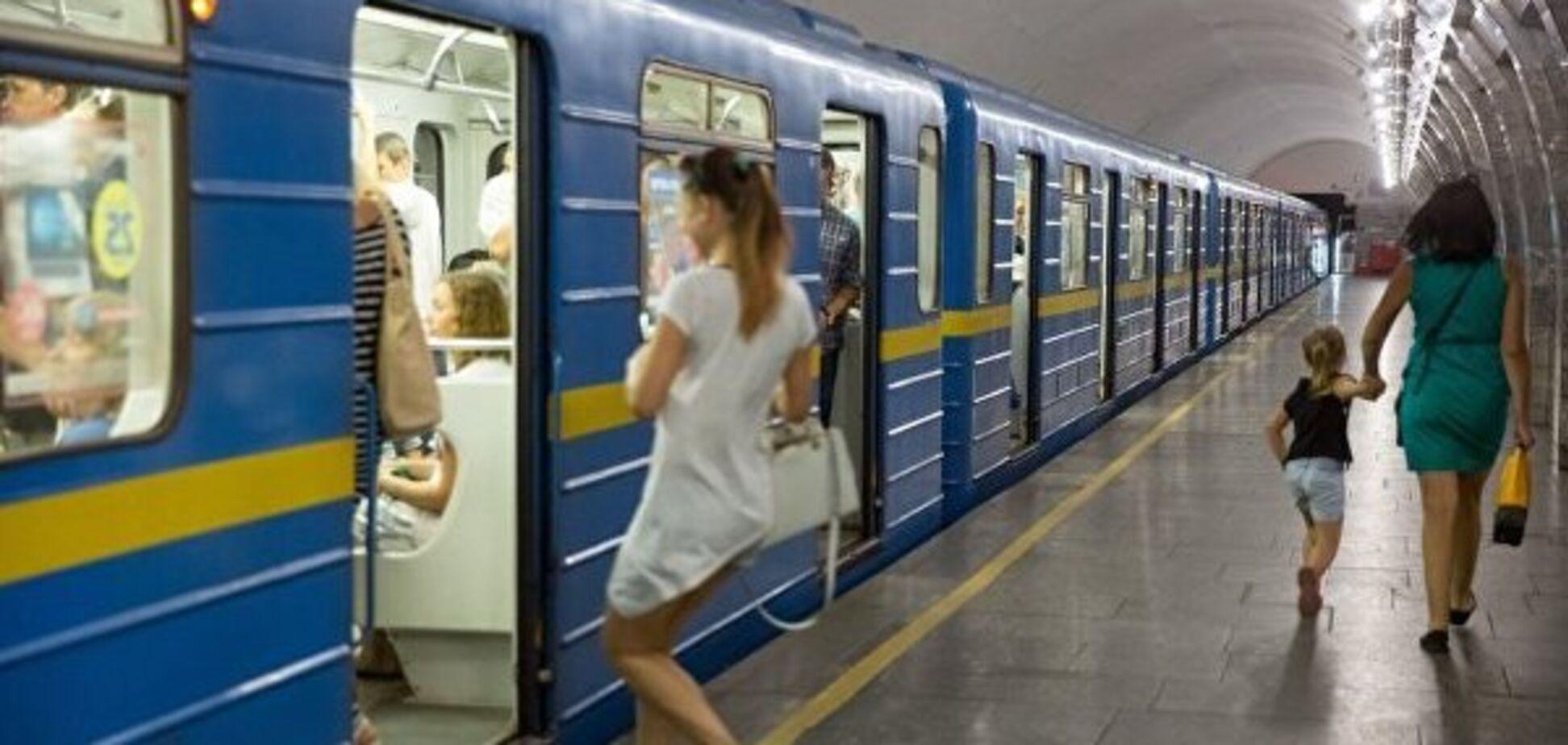 Екстремалки в метро Києва налякали пасажирів: відео