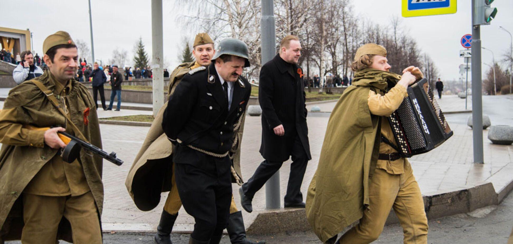 'Нікулін в труні перевернувся': в Росії 'фашиста' на мотузці побила дівчинка в гімнастерці. Фото і відео