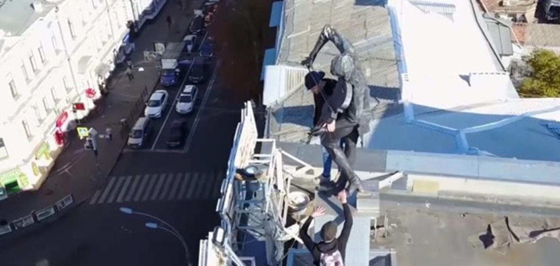Руферы залезли на памятник скрипачу на крыше в Харькове. Видеофакт