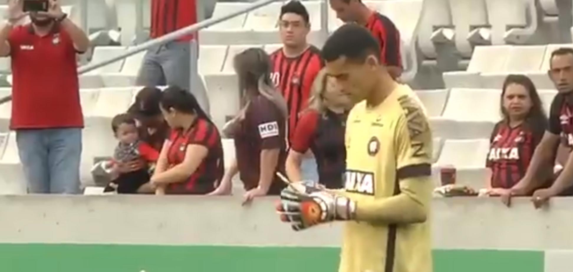 Відомий воротар захопився смартфоном під час матчу
