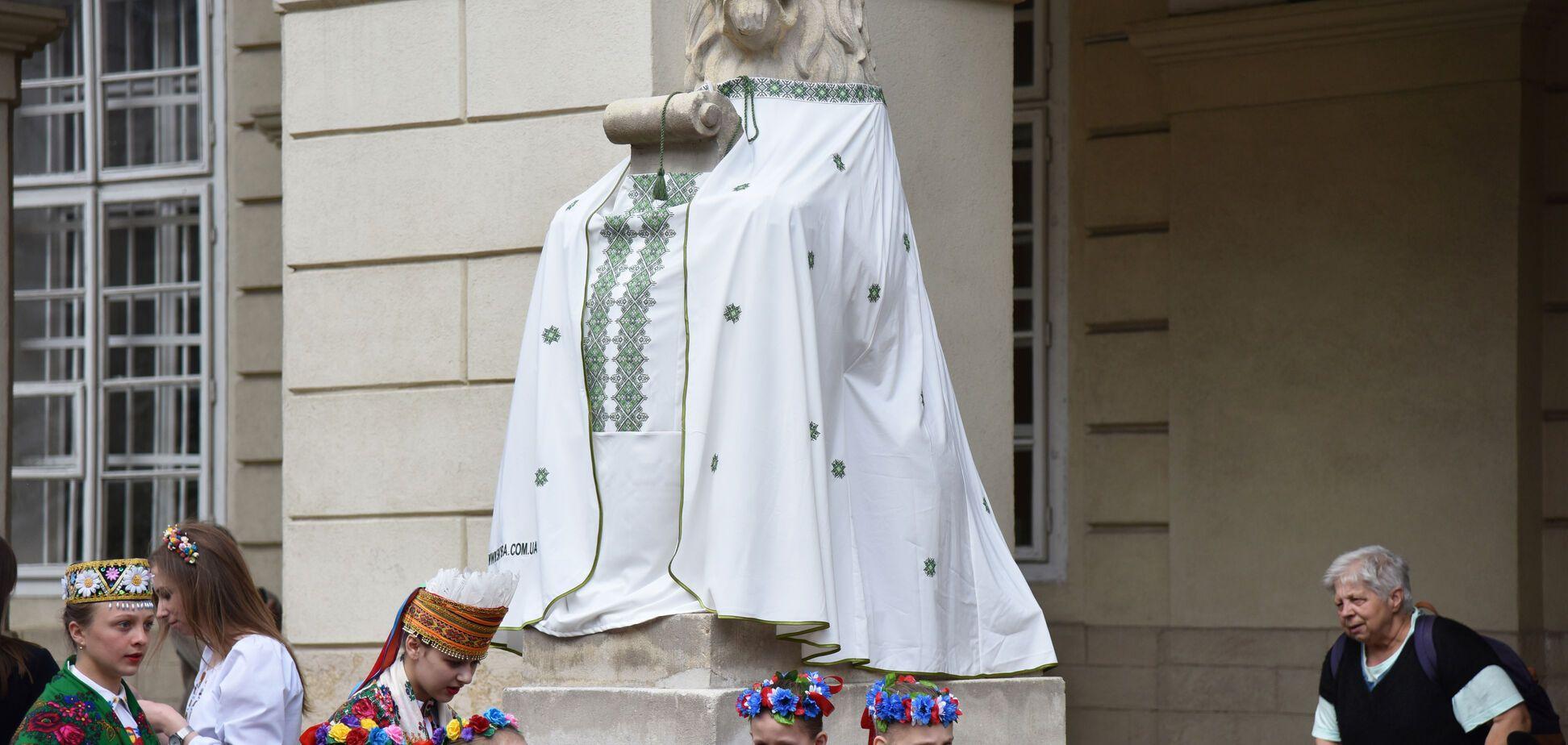 У Львові античні боги і леви одяглися у вишиванки: яскравий фоторепортаж