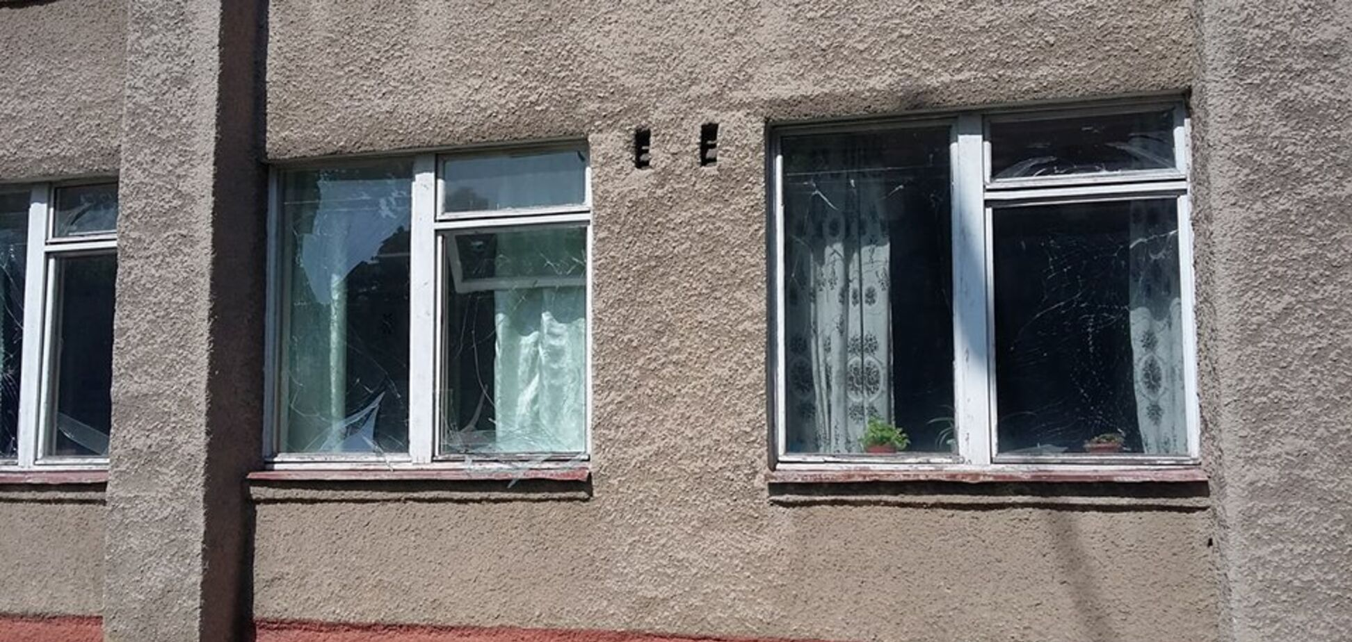 На Донбасі обстріляли школу з сотнями дітей всередині