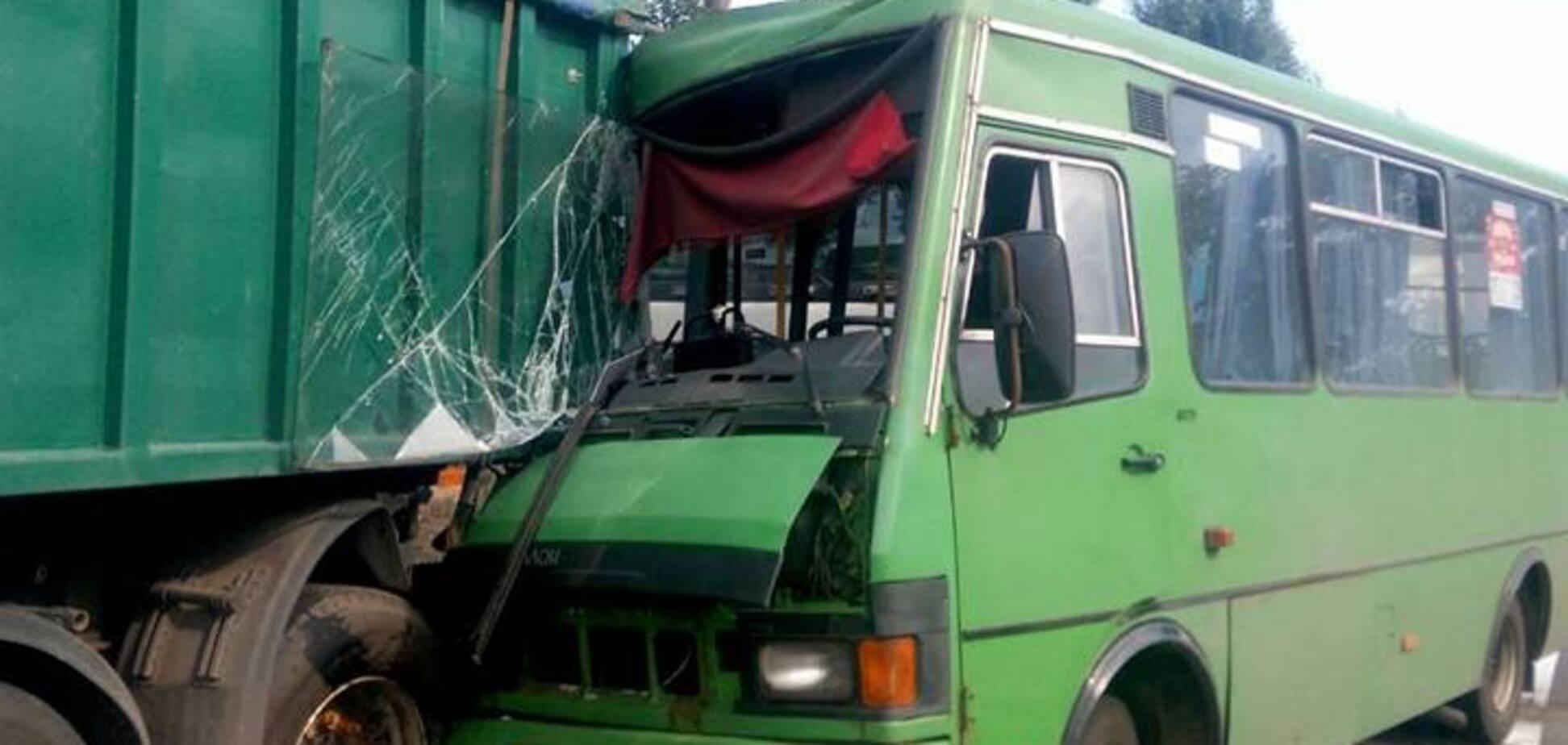 На Дніпропетровщині маршрутка протаранила вантажівку: поранено 22 людини