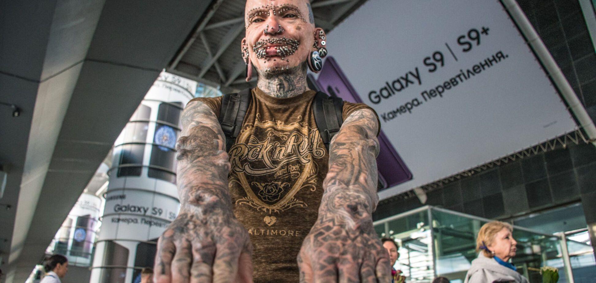 Люди оборачивались: в Киеве 'засветился' самый пирсингованный человек в мире